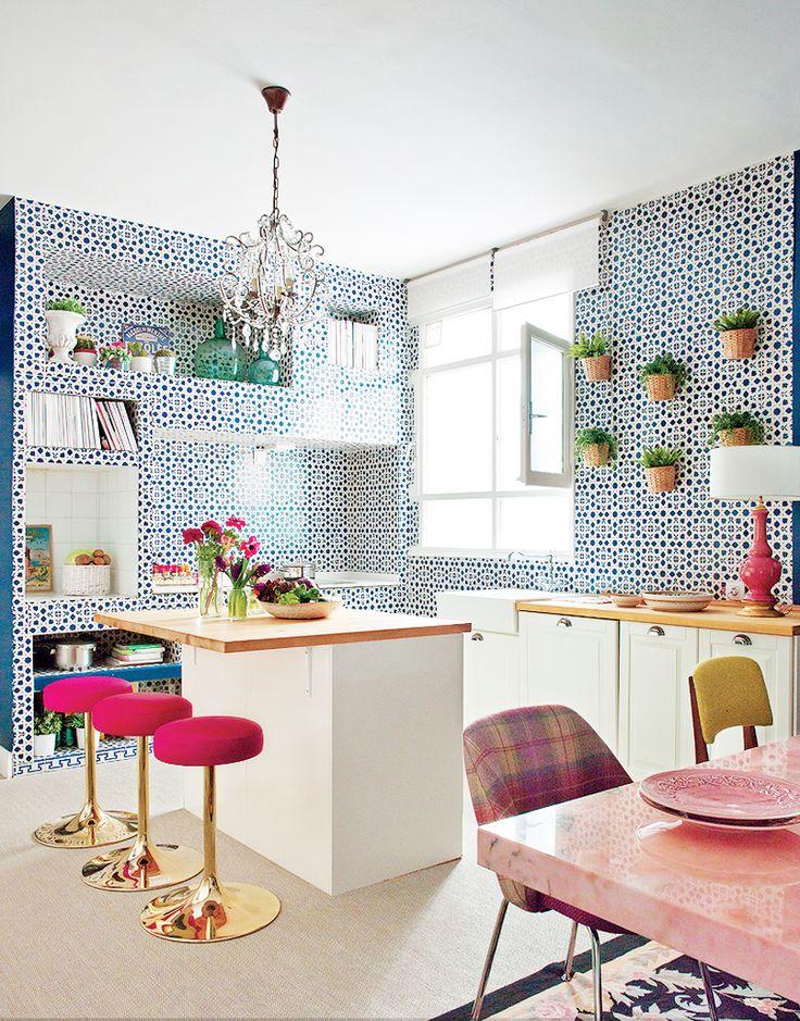 netradičná kuchyňa s modrými stenami s výrazným vzorom a farebným nábytkom
