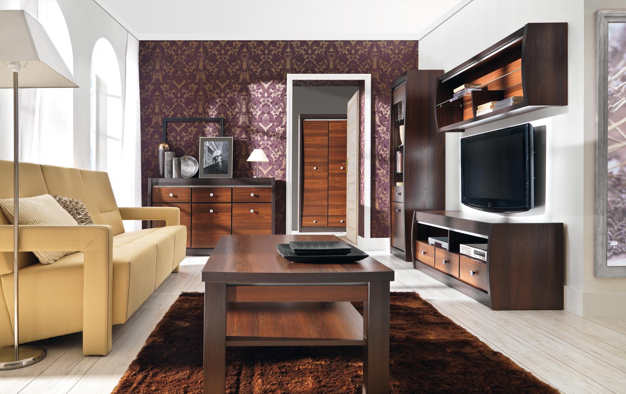 výrazná obývacia miestnosť s tmavým dreveným nábytkom a stenou s výrazným vzorom