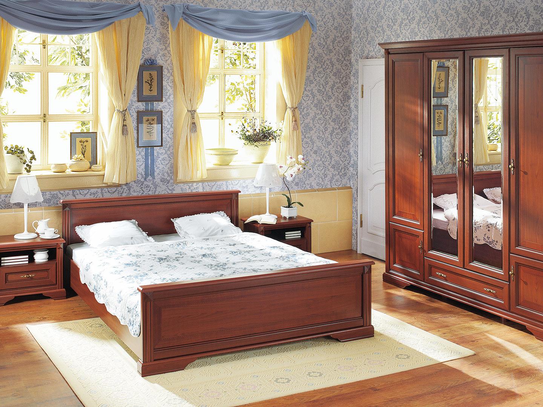 luxusná spálňa s nábytkom z dreveného masívu doplnená pastelovo modrými stenami a žltými závesmi