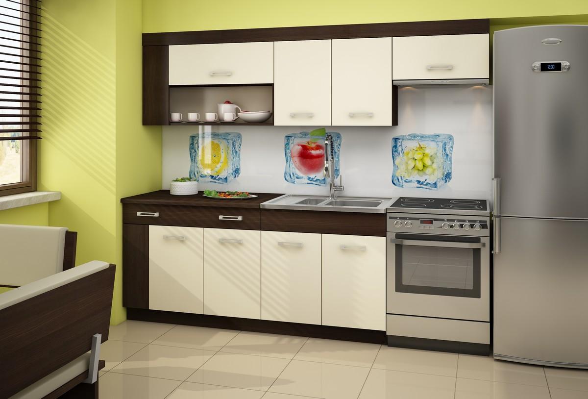 krémová kuchynská linka v kontraste s výraznými zelenými stenami