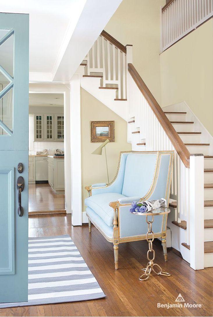 vhod do domu a schody v príjemných pastelových farbách