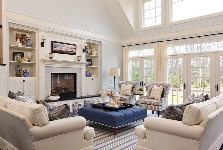 svetlá obývacia miestnosť so stenami a nábytkom v pastelových farbách