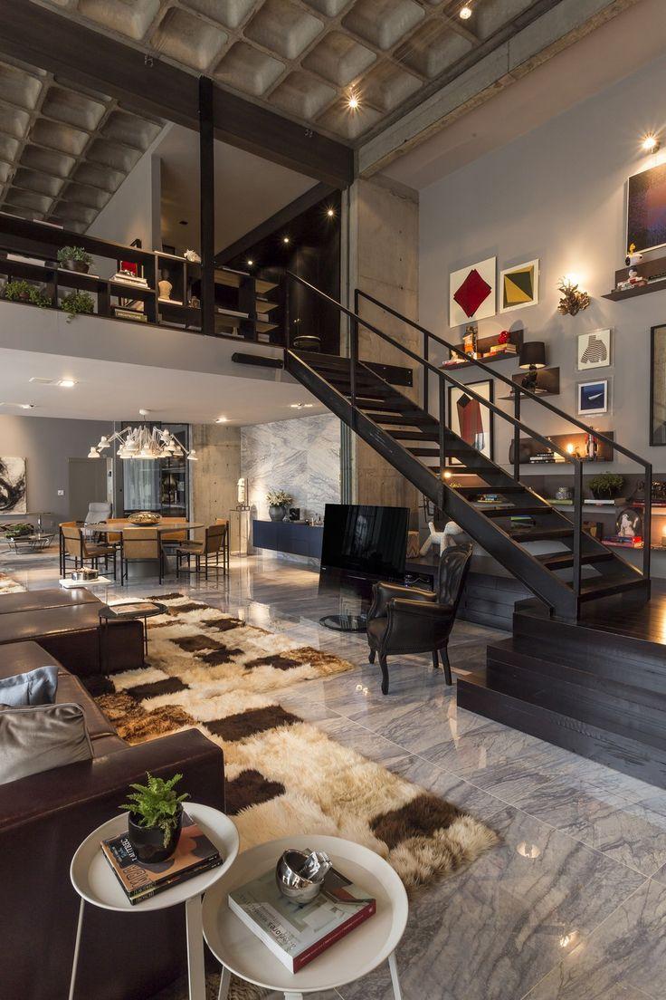 veľký luxusne zariadený dom s mnohými materiálmi a doplnkami