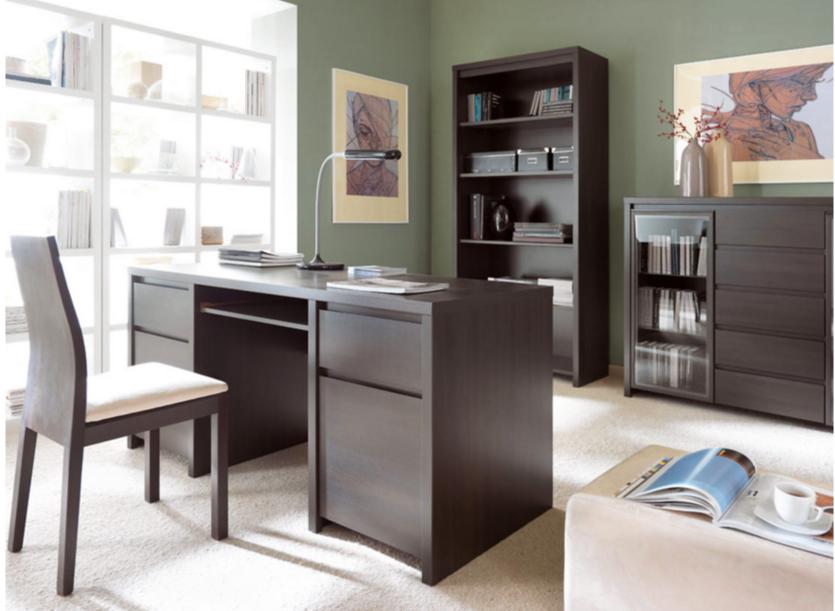 vkusná pracovňa s kvalitným dreveným nábytkom a príjemnými zelenými stenami v prírodných odtieňoch