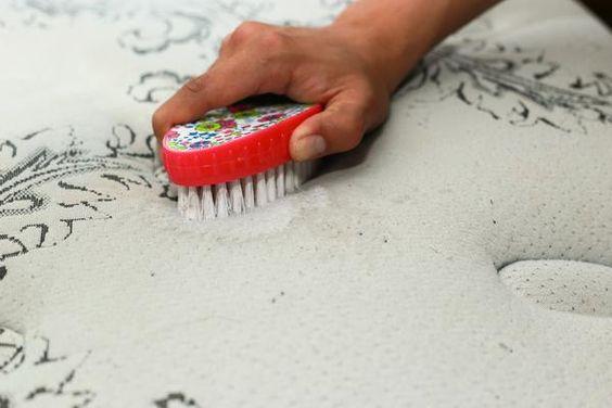 čistenie matraca pomocou kefky