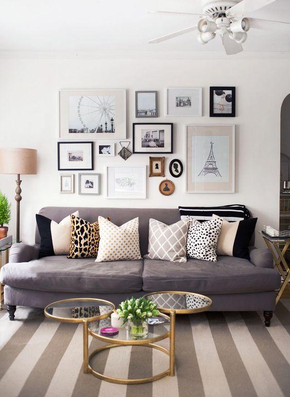 obývačka s viacerými obrazmi na stene s podobným motívom