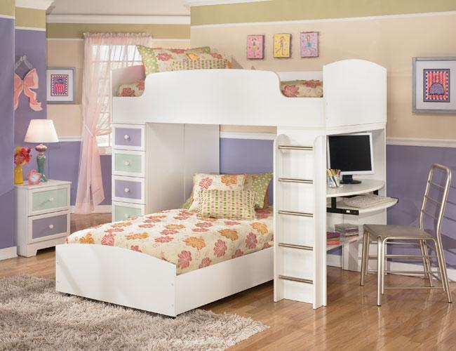 dievčenská izba v pastelových farbách s viacerými malými obrazmi na stene
