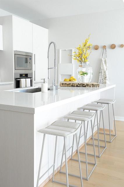 krásna čistá, biela kuchyňa v súlade so zásadami feng shui