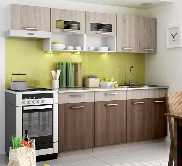 krásna drevená kuchyňa so zelenými doplnkami
