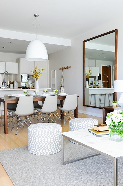 kuchyňa s jedálňou s použitím zrkadla na stene