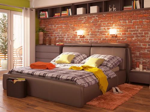 spálňa s červenkasto hnedými podlahami a hnedým nábytkom