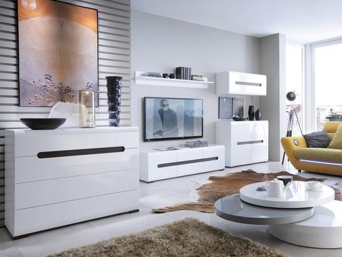 obývacia izba s bledými podlahami a bielym lesklým nábytkom