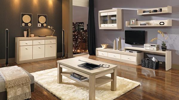 obývačka s výraznými drevenými podlahami a svetlým dreveným nábytkom
