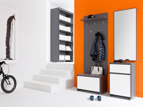 biele podlahy s výraznými stenami a moderným sivým nábytkom