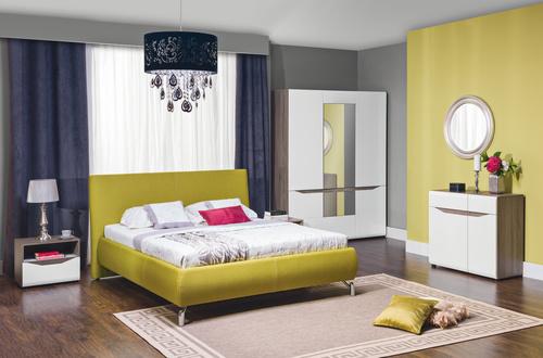 moderná spálňa s tmavými drevenými podlahami a farebnými stenami