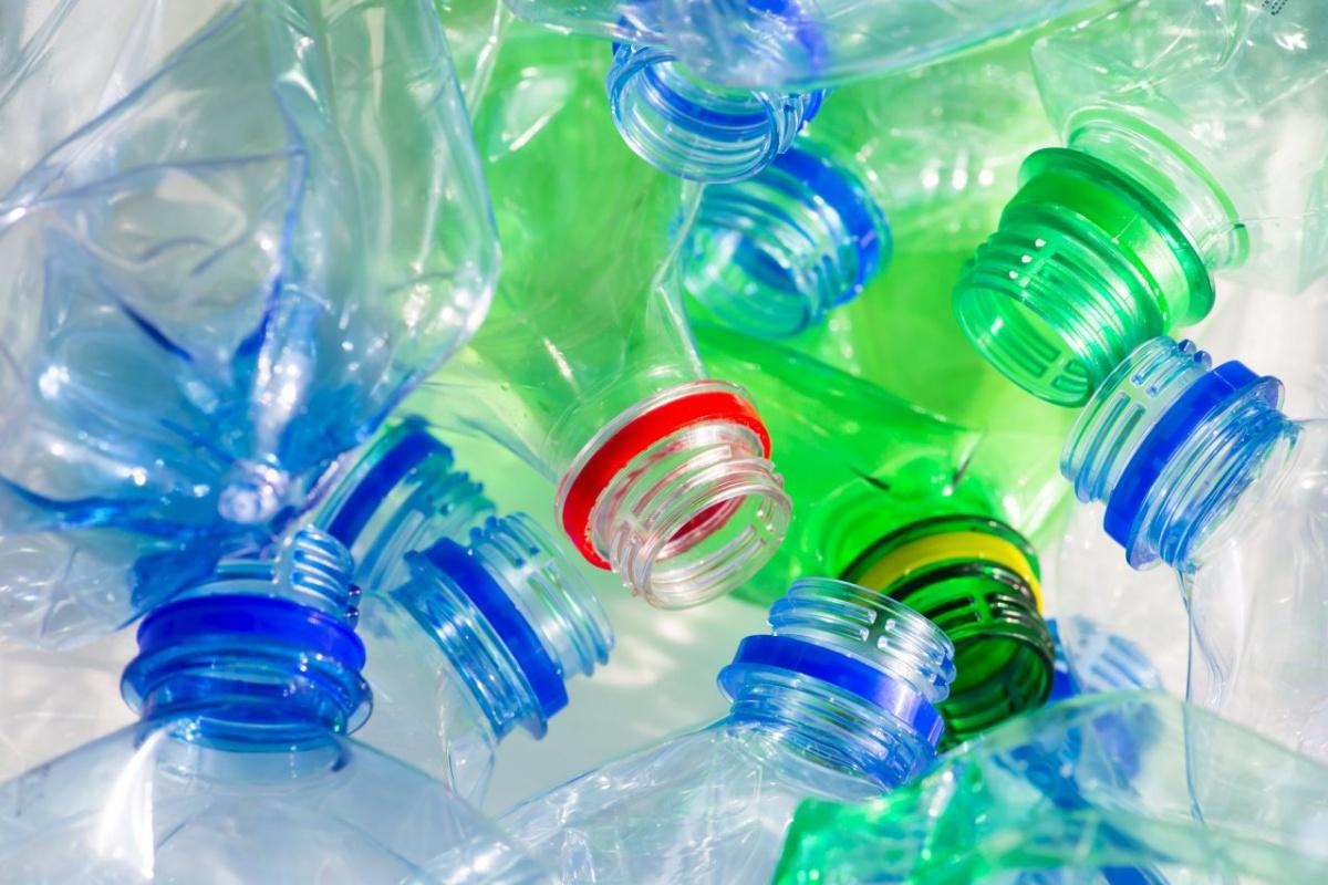 d512fb3704a76 Aj keď sa snažíme znižovať produkciu odpadu plastové fľaše tak skoro z  našich domácností nezmiznú. Miesto toho, aby ste ich vyhodili môžete ich  zrecyklovať ...