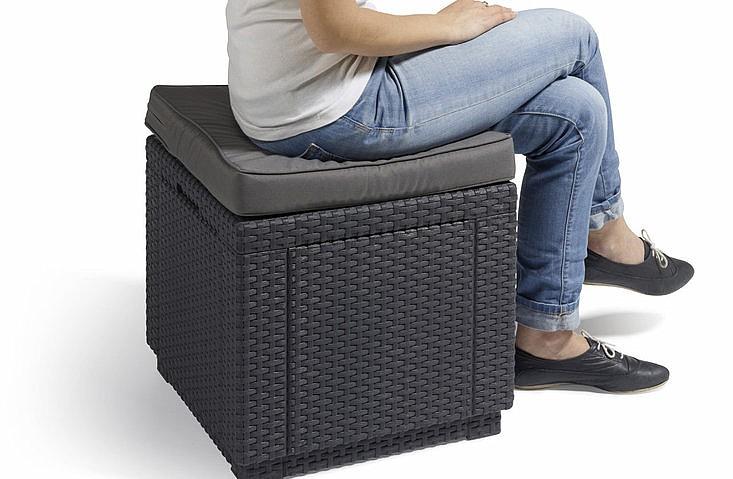 Záhradná taburetka - Deokork - Cube (antracit) (um. Ratan) *vankúš ZADARMO. Akcia -52%. Sme autorizovaný predajca Deokork. Vlastná spoľahlivá doprava až k Vám domov.